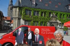 Roter Bus des Spitzenkandidaten Martin Schulz auf dem Marktplatz in Quedlinburg